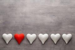 Coeurs rouges sur le fond gris Fond de jour de Valentine Photos libres de droits