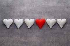 Coeurs rouges sur le fond gris Fond de jour de Valentine Photos stock