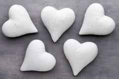 Coeurs rouges sur le fond gris Fond de jour de Valentine Photographie stock