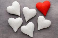 Coeurs rouges sur le fond gris Fond de jour de Valentine Photographie stock libre de droits