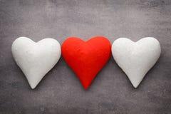 Coeurs rouges sur le fond gris Fond de jour de Valentine Photo stock