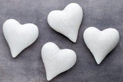 Coeurs rouges sur le fond gris Fond de jour de Valentine Photo libre de droits