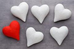 Coeurs rouges sur le fond gris Fond de jour de Valentine Image stock