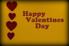 Coeurs rouges sur le fond jaune Photographie stock libre de droits