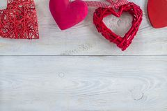 Coeurs rouges sur le fond rustique blanc Image libre de droits