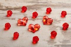 Coeurs rouges sur le panneau en bois Photo stock
