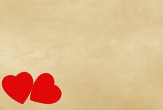 Coeurs rouges sur le papier de vintage avec le copyspace Images libres de droits