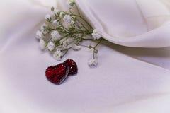 Coeurs rouges sur le tissu crème Photographie stock libre de droits
