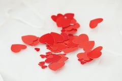 Coeurs rouges sur le tissu léger. Photo libre de droits
