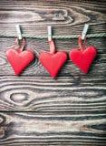 Coeurs rouges sur un fond en bois Photo libre de droits
