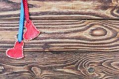 Coeurs rouges sur un fond en bois Photos libres de droits