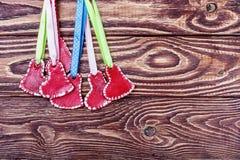 Coeurs rouges sur un fond en bois Image stock