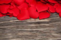 Coeurs rouges sur un fond en bois images libres de droits