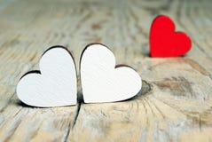 Coeurs rouges sur un fond en bois Symbole de coeurs de l'amour Photographie stock libre de droits
