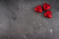 Coeurs rouges sur un fond gris Le symbole du jour des amants Le jour de Valentine Concept 14 février Photographie stock libre de droits