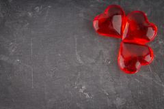 Coeurs rouges sur un fond gris Le symbole du jour des amants Le jour de Valentine Concept 14 février Photos libres de droits
