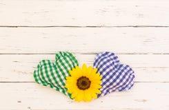 Coeurs rustiques de tissu avec la fleur sur le fond blanc de vintage avec l'espace de copie Photographie stock