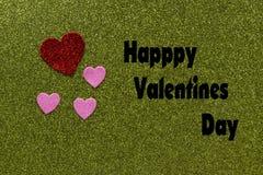 Coeurs scintillants rouges et roses sur le fond vert qui indique heureux Images libres de droits