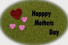 Coeurs scintillants rouges et roses sur le fond vert qui indique heureux Photo stock
