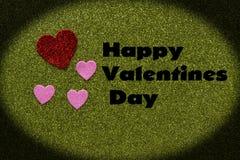 Coeurs scintillants rouges et roses sur le fond vert qui indique heureux Image stock