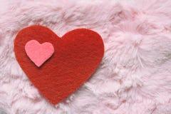 Coeurs sentis sur la texture rose de fourrure Fond de jour de valentines ou concept de carte de voeux photo stock