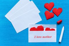 Coeurs sous enveloppe J'aime la mère Photos libres de droits