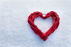 Coeurs sur l'arbre de Noël, neige, hiver, jour du ` s de Valentine en parc image stock