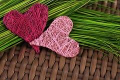 Coeurs sur l'herbe verte Image libre de droits