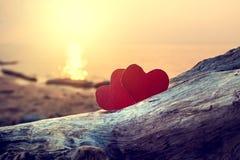 Coeurs sur le bord de la mer photographie stock libre de droits