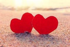 Coeurs sur le bord de la mer photos stock