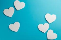 Coeurs sur le fond bleu Copiez l'espace Vue sup?rieure image libre de droits