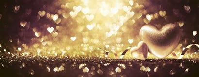 Coeurs sur le fond brillant d'or photographie stock libre de droits