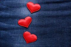 Coeurs sur le fond de jeans Photo stock