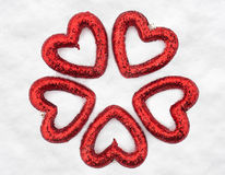 Coeurs sur le fond de neige Photo libre de droits