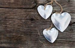 Coeurs sur le fond en bois Photo libre de droits