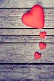 Coeurs sur le fond en bois Photographie stock