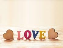 Coeurs sur le fond en bois avec amour de lettres Photos stock