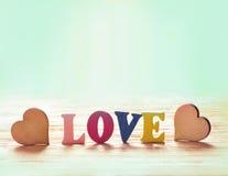 Coeurs sur le fond en bois avec amour de lettres Image libre de droits