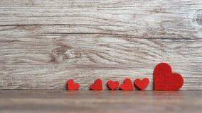 Coeurs sur le fond en bois Jour du `s de Valentine Amour Photographie stock