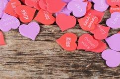 Coeurs sur le fond en bois Le jour de Valentine Image libre de droits