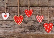 Coeurs sur le fond en bois Le jour de Valentine Photo stock
