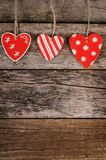 Coeurs sur le fond en bois Le jour de Valentine Images stock