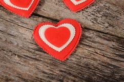 Coeurs sur le fond en bois Le jour de Valentine Image stock