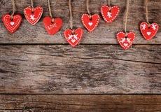 Coeurs sur le fond en bois Le jour de Valentine Photos stock
