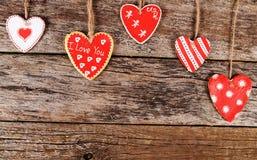 Coeurs sur le fond en bois Le jour de Valentine Images libres de droits