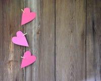 Coeurs sur le fond en bois sensations Félicitations Amour ce Photographie stock libre de droits