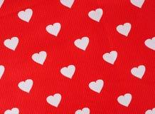 Coeurs sur le fond rouge Photo stock