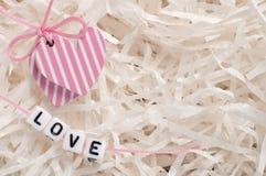 Coeurs sur le livre blanc avec amour de lettres Photo libre de droits