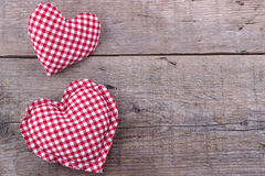 Coeurs sur le panneau en bois, fond de jour de valentines photographie stock libre de droits
