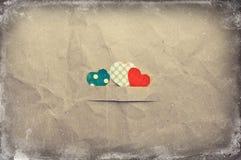 Coeurs sur le papier chiffonné Photos stock